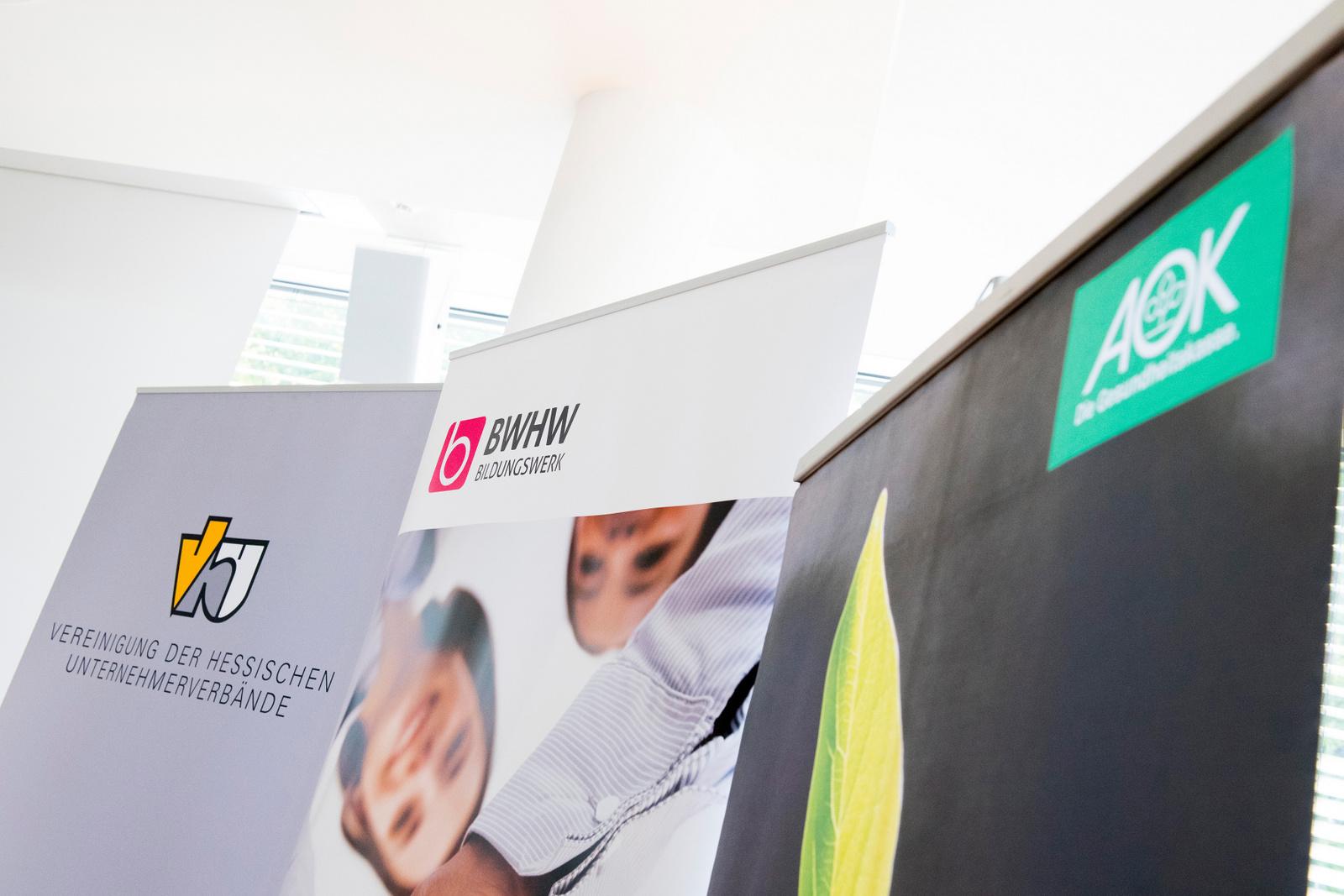 DGD-Kliniken Geschäftsführer Dr. Michael Gerhard erhält von Staatsminister Dr. Wolfgang Dippel die von beiden unterschriebene Charta (Fotografien: Katrin Denkewitz, Bad Homburg).