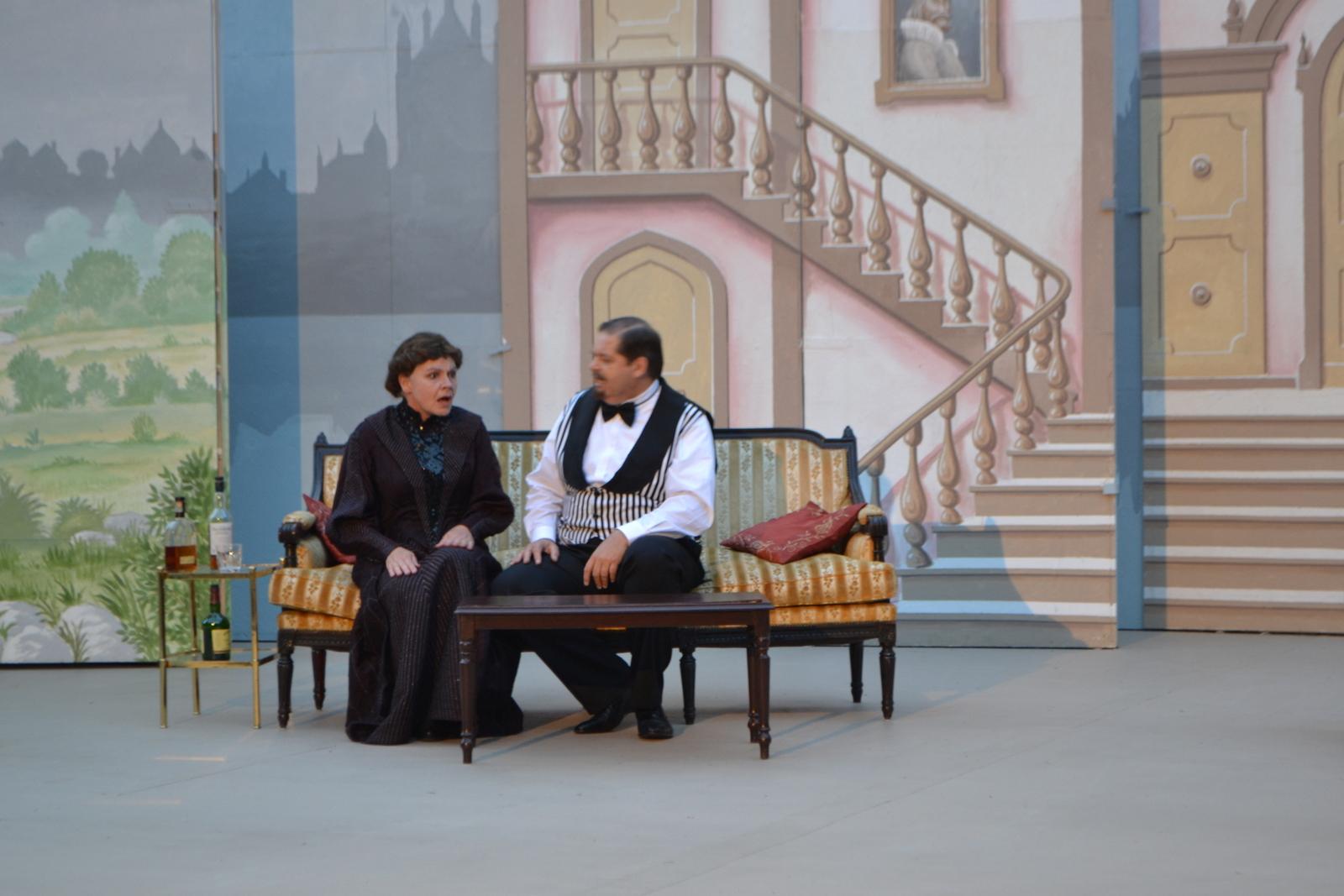 Sherlock Holmes und Dr. Watson in erregter Diskussion