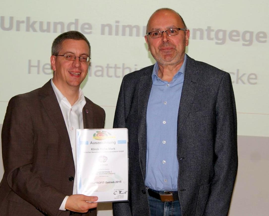 Matthias Wernicke (re. im Bild), Leiter Technische Abteilung der Klinik Hohe Mark, nimmt die Ökoprofit-Auszeichnung 2015 von Christof Fink, Erster Stadtrat Oberursel (Taunus), entgegen.