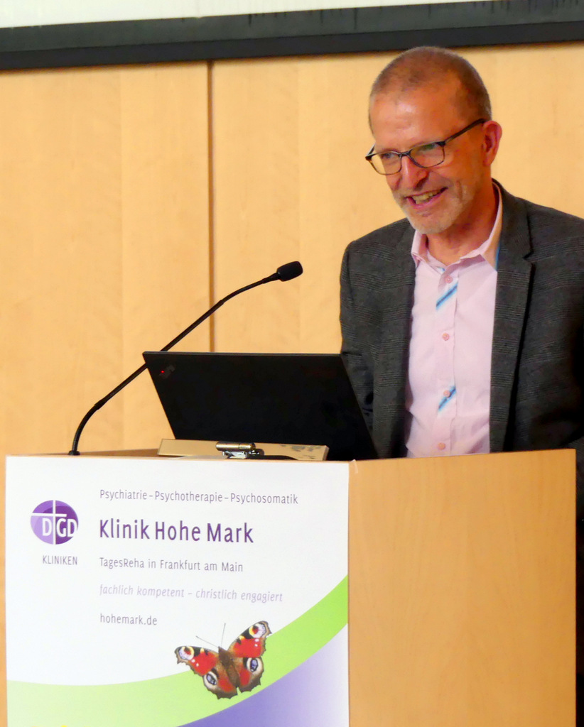 Infobörse von Selbsthilfegruppen u.a. Initiativen des Suchthilfenetzwerks Frankfurt. Chefarzt Dr. Dietmar Seehuber begrüßt die ca. 100 Teilnehmer Grußwort von Stadtrat Stefan Majer