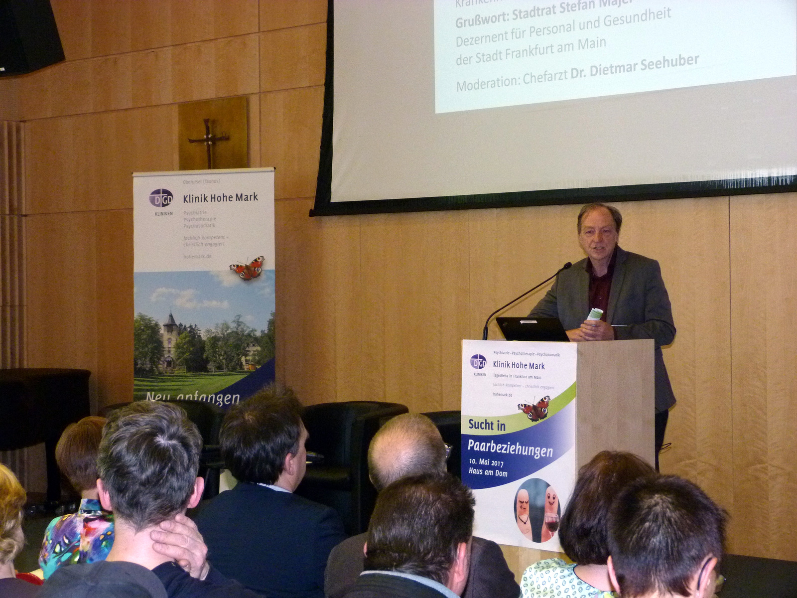 Chefarzt Dr. Dietmar Seehuber begrüßt die Gäste